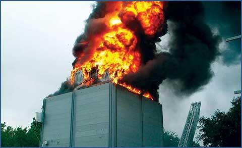 Torre de resfriamento incendiada